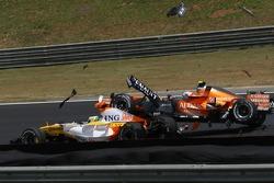 Зіткнення Джанкарло Фізікелли (Renault R27) і Сакона Ямомото (Spyker F8-VIIB Ferrari)