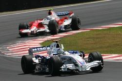 Nick Heidfeld, BMW Sauber F1 Team, F1.07 leads Jarno Trulli, Toyota Racing, TF107