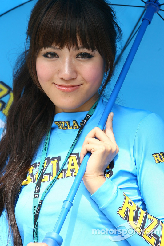 Une jeune femme de Rizla+ Suzuki