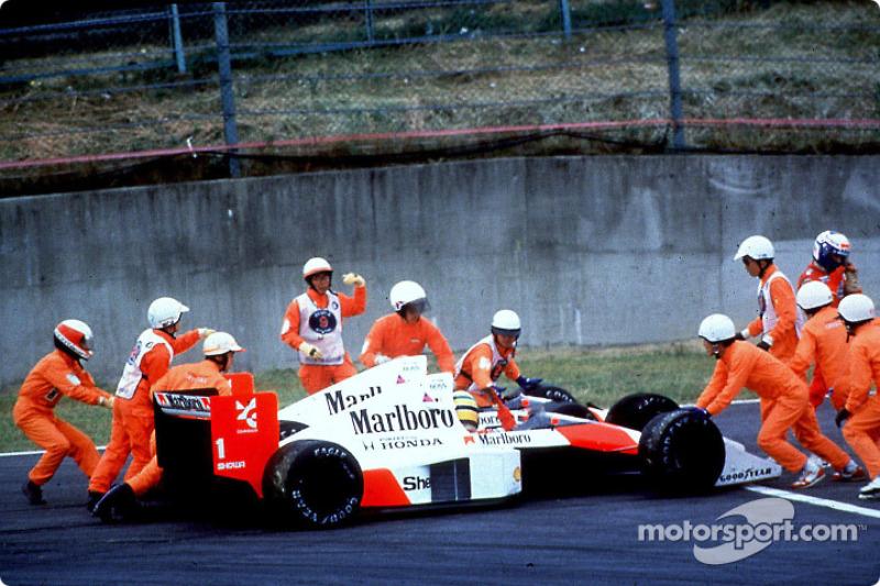 Senna ainda voltou à pista, mas foi desclassificado