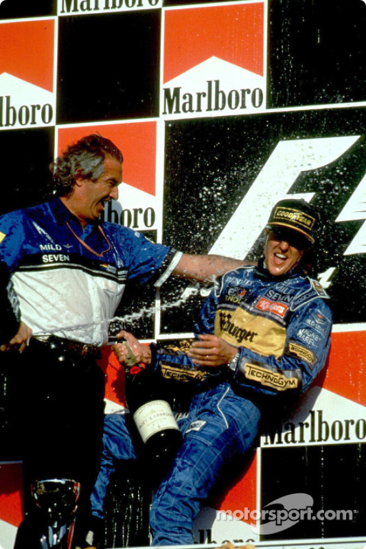 Podio: ganador de la carrera y 1995 fórmula uno campeón del mundo, Michael Schumacher celebra