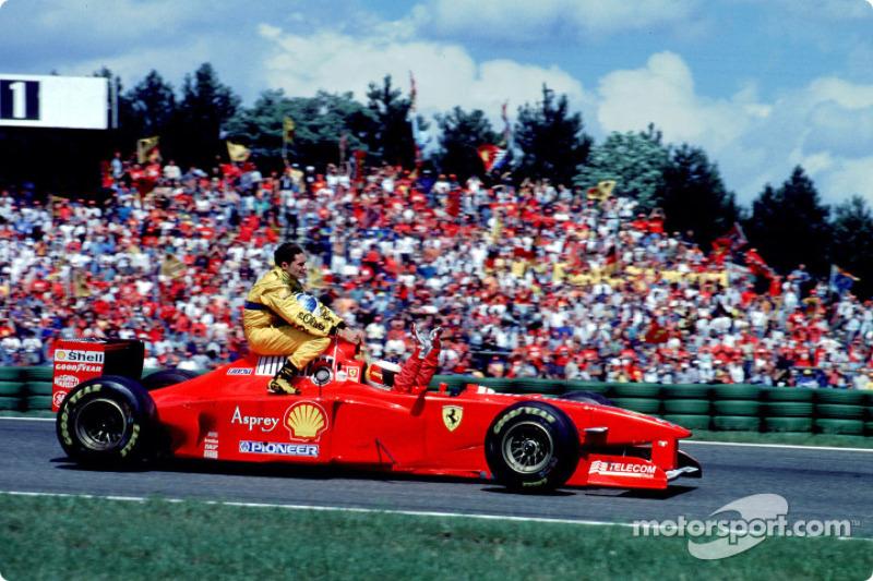 Michael Schumacher dà un passaggio a Giancarlo Fisichella