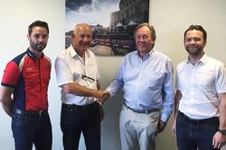 Julian Rouse, David Clark, Garry Horner y Sam Hignett después de firmar el acuerdo