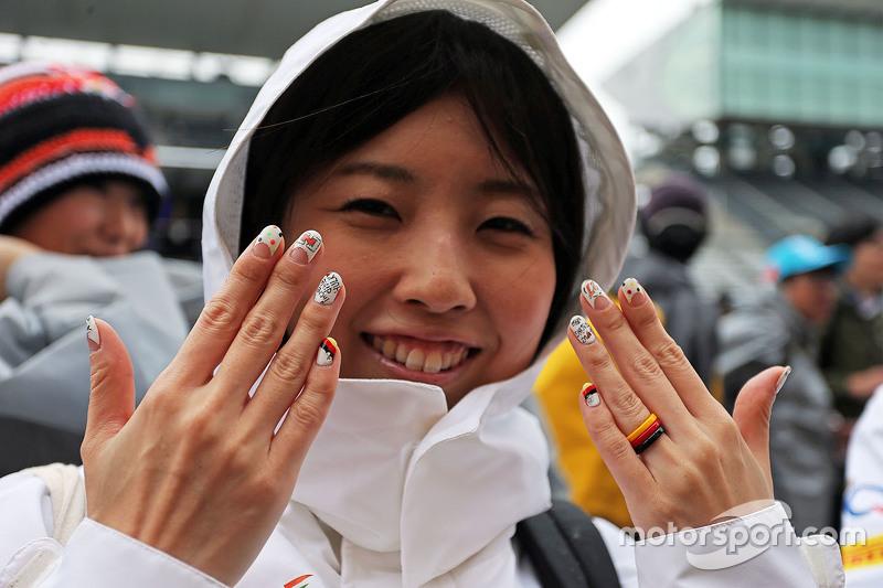 Ein Fan von Nico Hülkenberg, Sahara Force India F1, mit bemalten Fingernägeln