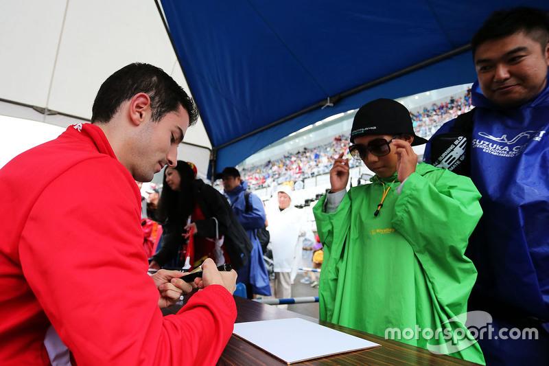 Alexander Rossi, Manor Marussia F1 Team, schreibt Autogramme für die Fans