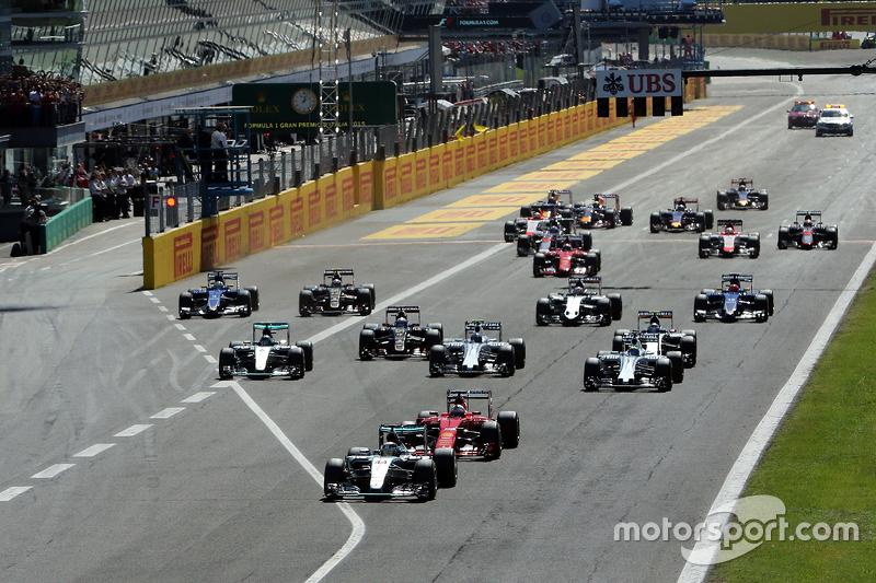 Start: Lewis Hamilton, Mercedes AMG F1 W06, in Führung