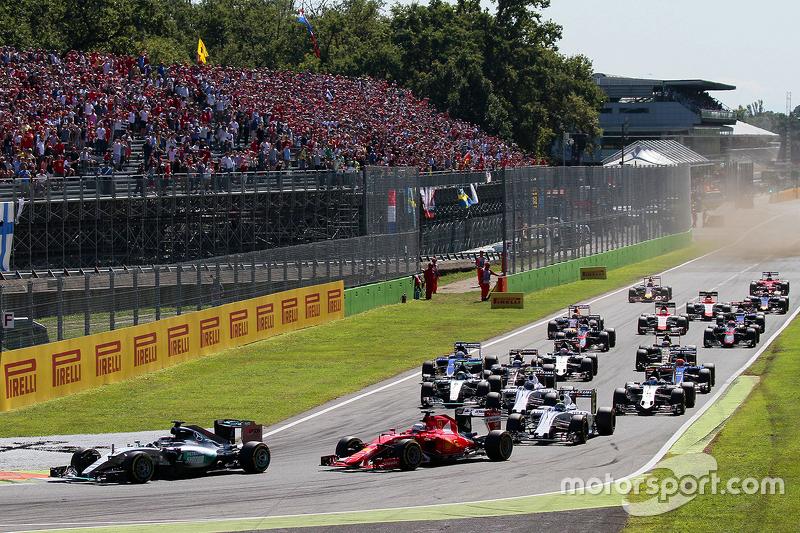 انطلاقة السباق: لويس هاميلتون، مرسيدس في الصدارة