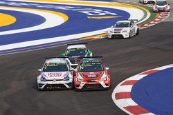 Tomas Engstrom, Volkswagen Golf TCR, Liqui Moly Team Engstler; Pepe Oriola, SEAT Leon, Team Craft-Bamboo LUKOIL