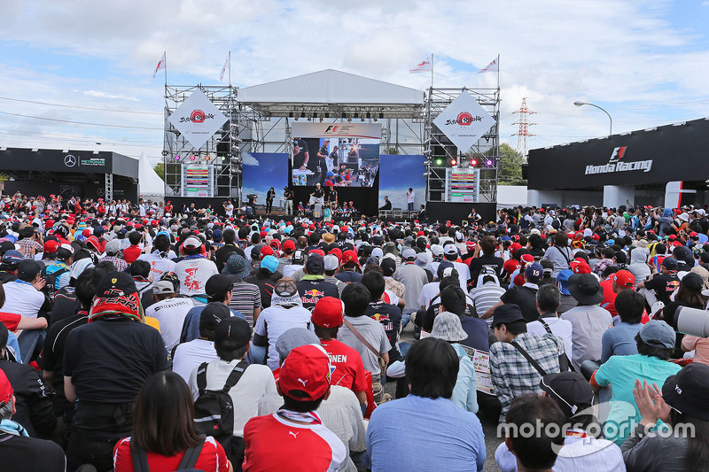 Ніко Хюлкенберг, Sahara Force India F1 та Серхіо Перес, Sahara Force India F1 разом з фанами
