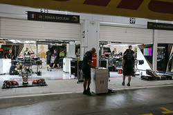 Le garage Lotus de nuit