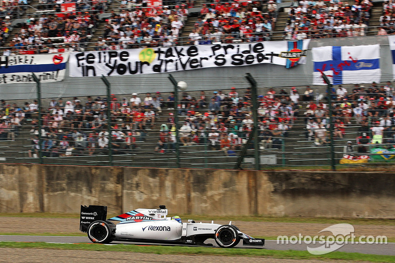 Felipe Massa, Williams FW37 passes banners of support