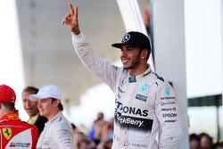 Vencedor Lewis Hamilton, Mercedes AMG F1 W06 celebra no parc ferme