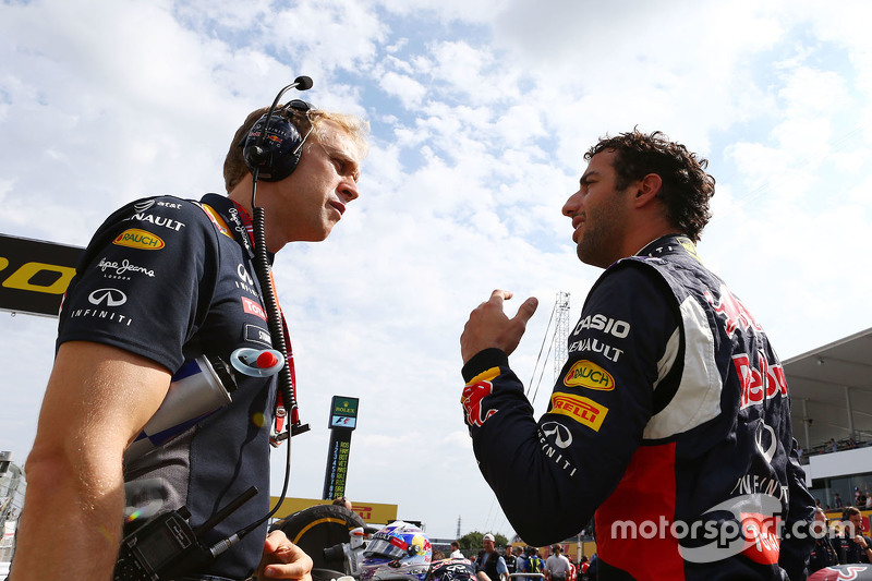 Daniel Ricciardo, Red Bull Racing with Stuart Smith, Red Bull Racing Physio on the grid
