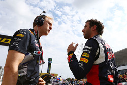 Daniel Ricciardo, de Red Bull Racing con Stuart Smith, Red Bull Racing Physio en la parrilla