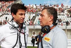 Тото Вольф, Mercedes AMG F1 и Марио Изола, гоночный менеджер Pirelli на стартовой решетке