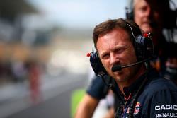 Кристиан Хорнер, руководитель Red Bull Racing, смотрит с командного пит-уолла