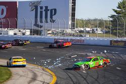 Danica Patrick, Stewart-Haas Racing Chevrolet kecelakaan dengan David Ragan, Michael Waltrip Racing Toyota