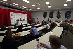 Гюнтер Штайнер, руководитель Haas F1 Team, Ромен Грожан, Haas F1 Team и Жене Хаас, Haas F1 Team