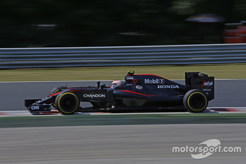 Jenson Button, McLaren MP4-30, mit Chandon-Partnerschaft