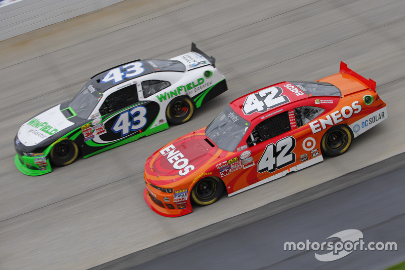 Kyle Larson, HScott Motorsports Chevrolet and Dakoda Armstrong, Richard Petty Motorsports Ford
