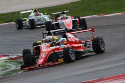 Guan Yu Zhou, Prema Powerteam, Tatuus F.4 T014 Abarth #33, e Simone Cunati, Vincenzo Sospiri Racing, Tatuus F.4 T014 Abarth #18
