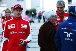 Кими Райкконен, Ferrari проходит мимо Берни Экклстоун, Маурицио Арривабене, руководитель команды Fer
