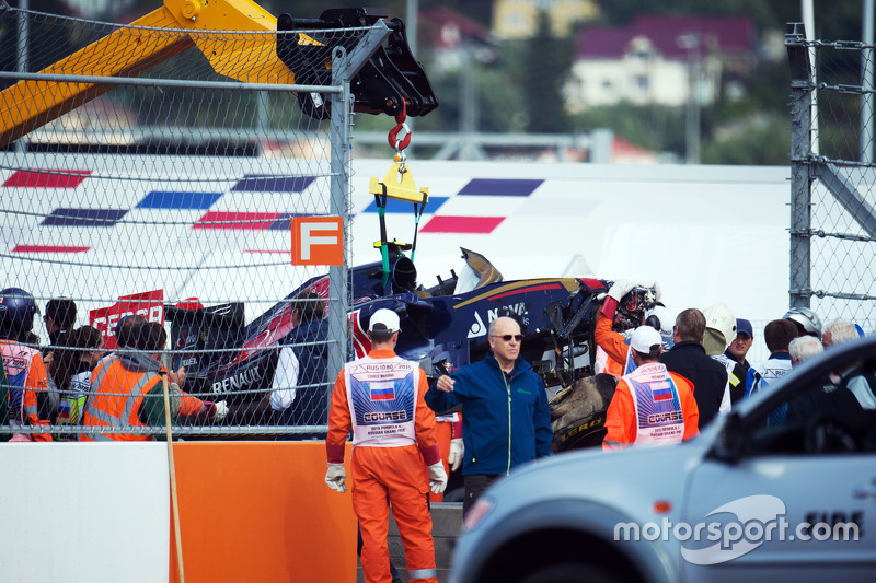 Карлос Сайнс's Toro Rosso being recovered