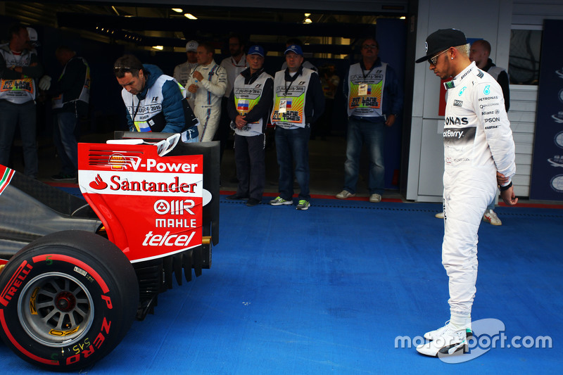 Lewis Hamilton, Mercedes AMG F1 W06 looks at the Ferrari SF15-T of Sebastian Vettel, Ferrari in parc