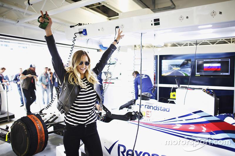 Bar Refaeli visita el garaje de Williams