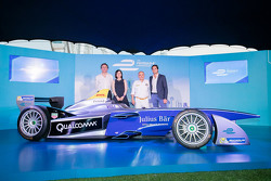 Formel-E-Auto in Hongkong mit Nelson Piquet Jr. und Serienchef Alejandro Agag