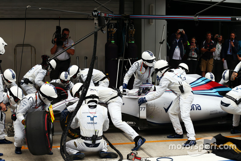 Valtteri Bottas, Williams FW37 makes a pit stop