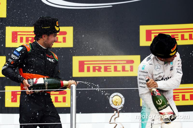 Sergio Perez, Sahara Force India F1 viert derde plaats op het podium met winnaar Lewis Hamilton, Mercedes AMG F1