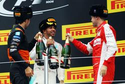 Подиум: Себастьян Феттель, Ferrari, - второй; Льюис Хэмилтон, Mercedes AMG F1, - победитель гонки; С