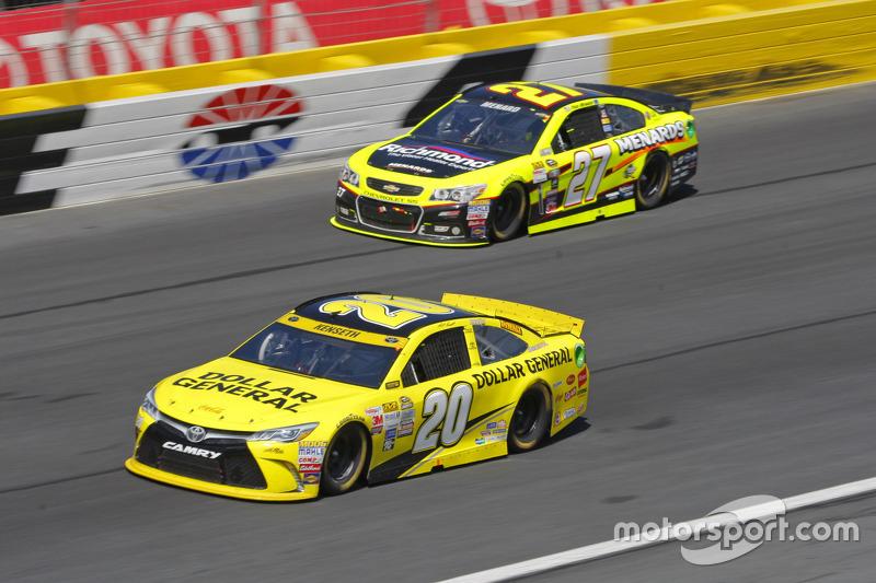 Paul Menard, Richard Childress Racing Chevrolet and Matt Kenseth, Joe Gibbs Racing Toyota