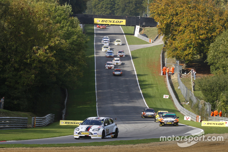 Race 1 Start: Mat Jackson, Motorbase Performance Ford Focus leads