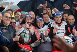 Il terzo classificato Ivan Goi e il vincitore Michele Pirro, Barni Racing Team, festeggiano con la squadra