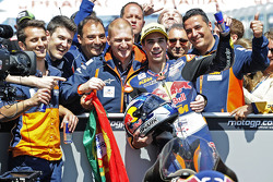 Miguel Oliveira, Red Bull KTM Ajo fête sa victoire avec son équipe