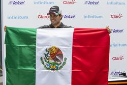 Sergio Pérez, Sahara Force India con una bandera de México