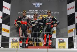 Podio de la prueba 2: segundo lugar, Chaz Davies, Ducati Team, ganador Leon Haslam, Aprilia Racing Team y la tercera posición, Tom Sykes, Kawasaki