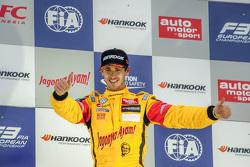 Carrrera 2 ganador Antonio Giovinazzi, Jagonya Ayam with Carlin Dallara Volkswagen