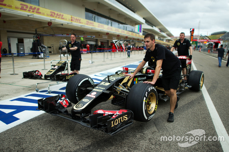 Lotus F1 E23 of Pastor Maldonado, Lotus F1 Team in the pits
