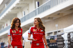 (L to R): Roberta Vallorosi, Ferrari прес-аташе з Стефаніа Боччі, Ferrari прес-аташе