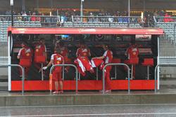 Пит-уолл Ferrari во время дождя