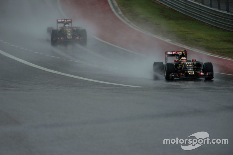 Pastor Maldonado, Lotus F1 E23 leads team mate Romain Grosjean, Lotus F1 E23