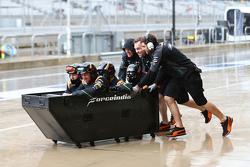 Mecânicos da Sahara Force India F1 Team se divertem no pitlane