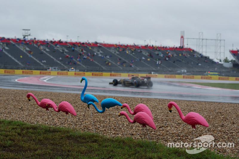 Romain Grosjean, Lotus F1 E23 passes plastic flamingos