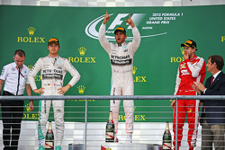 El podio: segundo lugar de Nico Rosberg, de Mercedes AMG F1, ganador de la carrera y mundo campeón Lewis Hamilton, Mercedes AMG F1 y tercer lugar Sebastian Vettel, Ferrari
