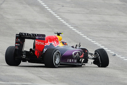 Daniil Kvyat, Red Bull Racing RB11 crashes out of the race
