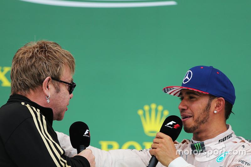 Podio: Sir Elton John con el ganador de la carrera y Campeón del Mundo Lewis Hamilton, Mercedes AMG