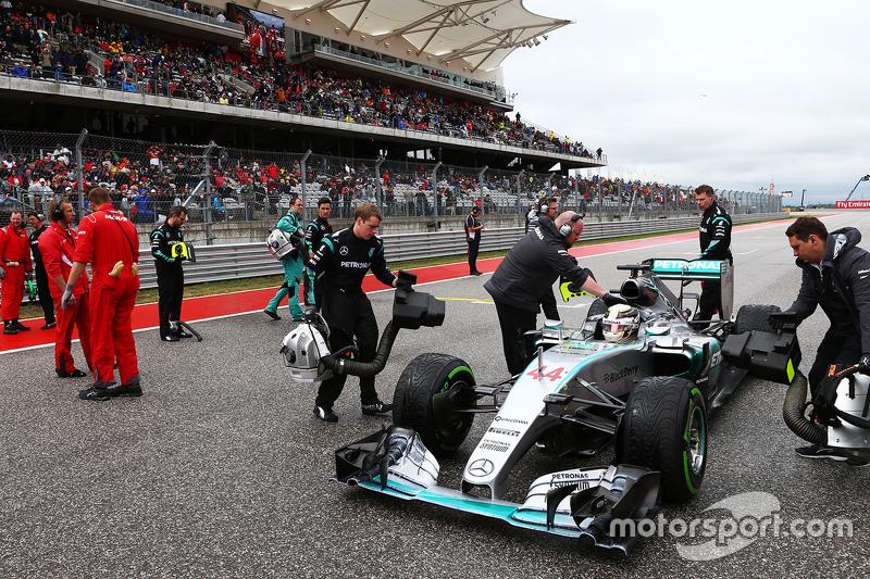 Lewis Hamilton, Mercedes AMG F1 W06 en la parrilla